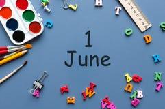1. Juni Tag 1 von Juni-Monat, Kalender auf blauem Hintergrund mit Schulbedarf, Draufsicht Sommertag bei der Arbeit Lizenzfreie Stockfotos