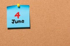 Juni 4th Dag 4 av månaden, färgklistermärkekalender på anslagstavla unga vuxen människa Tomt avstånd för text Royaltyfria Bilder