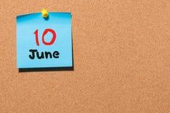 Juni 10th Dag 10 av månaden, färgklistermärkekalender på anslagstavla unga vuxen människa Tomt avstånd för text Royaltyfri Bild
