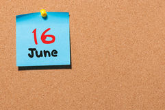 Juni 16th Dag 16 av månaden, färgklistermärkekalender på anslagstavla unga vuxen människa Tomt avstånd för text Royaltyfria Foton
