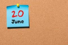 Juni 20th Dag 20 av månaden, färgklistermärkekalender på anslagstavla unga vuxen människa Tomt avstånd för text Arkivbild