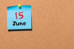 Juni 15th Dag 15 av månaden, färgklistermärkekalender på anslagstavla unga vuxen människa Tomt avstånd för text Arkivbilder