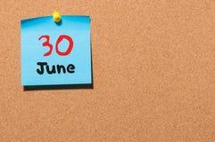 Juni 30th Dag 30 av månaden, färgklistermärkekalender på anslagstavla unga vuxen människa Tomt avstånd för text Fotografering för Bildbyråer