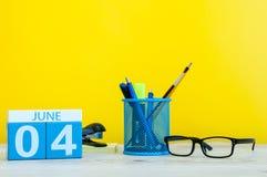 Juni 4th Dag 4 av månaden, kalender på gul bakgrund med kontorssuplies Sommartid på arbete Fotografering för Bildbyråer