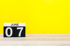 Juni 7th Dag 7 av månaden, kalender på gul bakgrund Sommardagen, tömmer utrymme för text Royaltyfria Bilder