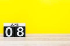 Juni 8th Dag 8 av månaden, kalender på gul bakgrund Sommardagen, tömmer utrymme för text Internationell rengöringsdag Fotografering för Bildbyråer