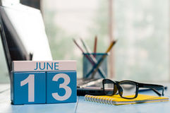 Juni 13th Dag 13 av månaden, träfärgkalender på affärsbakgrund unga vuxen människa Tomt avstånd för text Royaltyfria Bilder