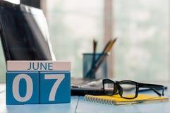 Juni 7th Dag 7 av månaden, träfärgkalender på affärsbakgrund unga vuxen människa Tomt avstånd för text Royaltyfri Foto