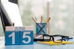 Juni 15th Dag 15 av månaden, träfärgkalender på frilans- arbetsplatsbakgrund unga vuxen människa Tomt avstånd för text Arkivbilder