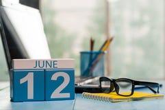 Juni 12th Dag 12 av månaden, träfärgkalender på IT-kontorsbakgrund unga vuxen människa Tomt avstånd för text Royaltyfri Fotografi