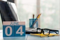 Juni 4th Dag av träfärgkalendern för månad 4 på affärsarbetsplatsbakgrund unga vuxen människa Tomt avstånd för text Arkivfoton