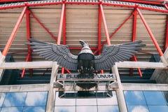 Juni 25th, 2018, Lissabon, Portugal - Eagle och e pluribus unum mottostaty på Estadio da Luz, stadion för sporten Lissabon e Benf royaltyfria foton