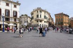 10 juni, 2017, toeristen in de magische straten van Verona, Piazza Bustehouder, Italië royalty-vrije stock fotografie
