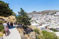 21 Juni 2017 Toeristische weg in Lindos-stad Het eiland van Rhodos Royalty-vrije Stock Afbeeldingen