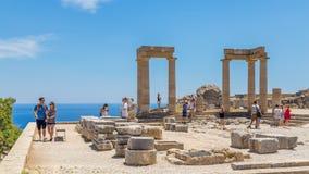 21. Juni 2017 Touristen in der Akropolise von Lindos Griechenland an einem sonnigen Tag lizenzfreie stockbilder