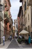 10. Juni 2017 Touristen in magischen Verona-Straßen, Italien Lizenzfreies Stockfoto