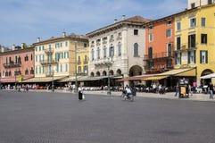 10. Juni 2017 Touristen in magischen Verona-Straßen, Marktplatz-BH, Italien Stockbild