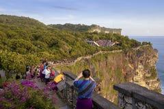 24. JUNI 2016: Touristische nehmende Fotografie an Uluwatu-Tempel, Bali Indonesien Stockfotos