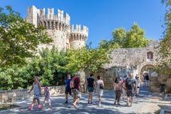 19 JUNI 2017 Turister framme av slotten av den storslagna Masten Royaltyfri Fotografi