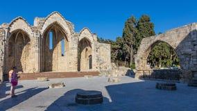 14 JUNI 2017 Turister på remainingsna av den forntida kyrkan, stad Royaltyfri Foto