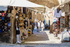 14 JUNI 2017 Turister som promenerar gatan av den medeltida staden Royaltyfri Bild