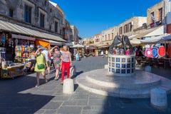 14 JUNI 2017 Turister som promenerar gatan av den medeltida staden Arkivbilder