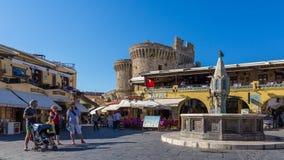 14 JUNI 2017 Turister som promenerar gatan av den medeltida staden Royaltyfri Foto