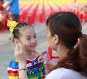 1 juni, vóór de prestaties, het mooie meisje deed haar make-up Stock Foto's
