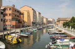 Juni 15, van 2017 Zonnige dag in Chioggia, toeristisch seizoen, kerk, haven voor kleine boten en kanaal, bezinningen Royalty-vrije Stock Foto