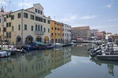 Juni 15, van 2017 Zonnige dag in Chioggia, toeristisch seizoen, kerk, haven voor kleine boten en kanaal, bezinningen Stock Foto's
