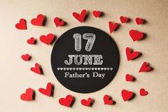 17. Juni Vatertagsmitteilung mit kleinen Herzen Stockbilder