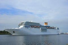 13 juni, 2014 Velsen: Costa Neo Romantica op Noordzeekanaal Royalty-vrije Stock Afbeeldingen