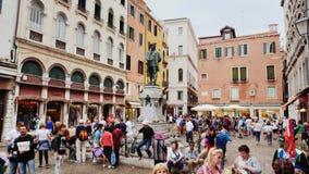 Juni 2017 Venedig, Venetien, Nord-Italien Carlos Goldoni-statuewith Touristen herum Venedig-Stadtansicht stock video footage