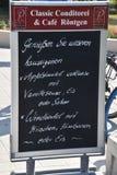 Juni 8, 2018 - Warnemunde, Tyskland: Menytecken för tyskt kafé som royaltyfri bild