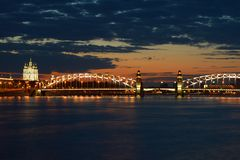 Juni-zonsondergang bij de Bolsheokhtinsky-brug Avond St Petersburg, Rusland Royalty-vrije Stock Foto