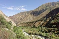 Juninlandschap met bergen en blauwe hemel, Peru stock foto's