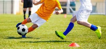 Junior Football Match Competition Kinderen die Voetbalbal op Grashoogte schoppen stock fotografie