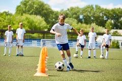 Junior Football Player na prática foto de stock