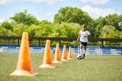 Junior Football Player Practicing avec la boule photos libres de droits