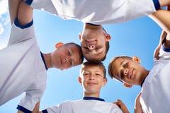Junior Football Team Huddling immagine stock libera da diritti