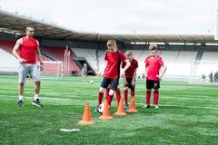 Junior Football Team Leading Ball fotos de archivo
