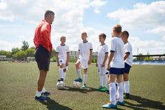 Junior Football Team Listening da preparare fotografia stock