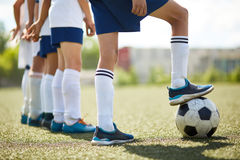 Junior Football Team Ready a lutar imagem de stock royalty free