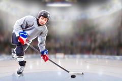 Junior Hockey Player Puck Handling in Arena stock foto