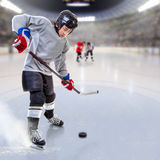 Junior Hockey Player Puck Handling in arena Immagini Stock Libere da Diritti