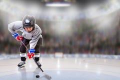 Junior Hockey Player Puck Handling na arena foto de stock royalty free