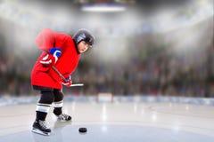 Junior Hockey Player Puck Handling na arena fotos de stock royalty free