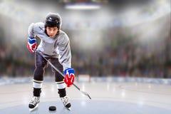 Junior Hockey Player Puck Handling na arena imagens de stock royalty free