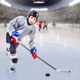 Junior Ice Hockey Player i fullsatt arena Arkivbilder
