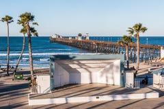Junior Seau Amphitheatre met Oceanside-Visserijpijler stock foto